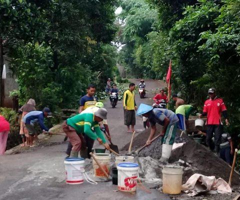 Gotong Royong Bersama Masyarakat Perbaiki Jalan Di Desa Surajaya